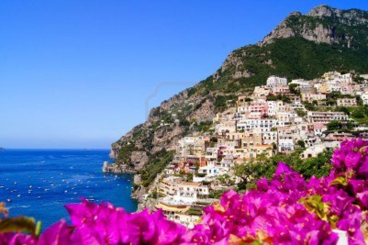 10379077-vista-panoramica-di-positano-in-costiera-amalfitana-in-italia-con-bellissimi-fiori-in-primo-piano
